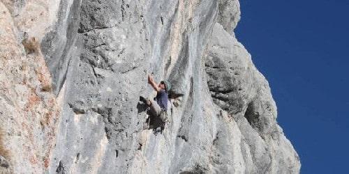 Ecole d'escalade en falaise avec un guide